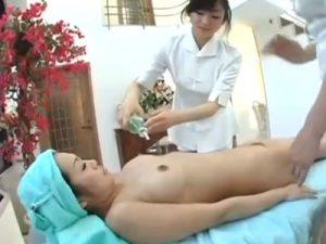 【マッサージレズ動画】美熟女な貧乳奥様がオイルエステでビアン整体師に3Pでレズられる