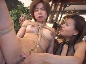 【SMレズ動画】ボイネコな貧乳M女を緊縛し調教レイプでローター責めするビアン女王様