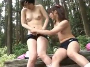 【青姦レズ動画】ボーイッシュな貧乳JCを遠足の最中に野外で青姦しパイパンを手マン責めする
