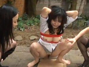 【SMレズ動画】緊縛された巨乳熟女が鬼畜な女王様コンビに野外で調教レイプされ大量放尿