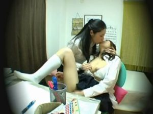 【盗撮レズ動画】淫乱痴女なビアン家庭教師にレズられ濃厚なキスからの手マン責めにガチイキ