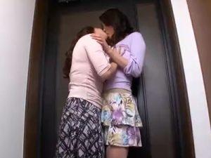 【キスレズ動画】美熟女AV女優の風間ゆみと北条麻妃が演じる団地妻の妖艶なディープキス