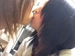 【Vineレズ動画】素人の女子校生やギャル達がエッチな擬似フェラやレズキスするスマホ映像集