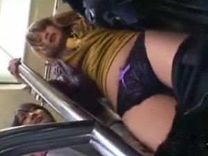 【痴漢レズ動画】淫乱痴女なロリJKに満員バスで痴漢レイプで手マン責めされる白ギャルJD
