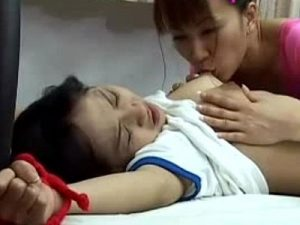 【ロリレズ動画】JC幼女の両手を拘束し体操服のブルマを脱がすと激しい手マン責めする女教師