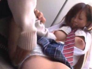 【青姦レズ動画】白ギャルJKのビアンカップルが校舎の屋上で制服姿のまま手マン責めし合う