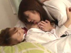 【JKレズ動画】同級生のビアン女子校生にパイパンマンコを手マンで愛撫されて喘ぐ制服少女