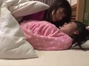 【姉妹レズ動画】熟睡して眠る姉を夜這いし禁断の近親相姦でレズっちゃう美少女ロリな妹