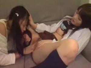 【姉妹レズ動画】幼いロリJSの妹を痴女り近親相姦で手マンやクンニされるレズビアンJKの姉