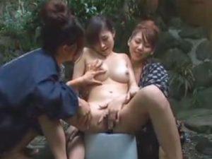 【青姦レズ動画】巨乳の若奥様が温泉旅館でレズビアンな女将の2人に痴女られ3P青姦SEX