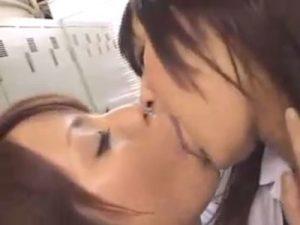 【キスレズ動画】ロッカールームで白ギャルJKと清楚な女子校生が制服姿でディープキス
