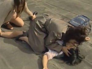 【レイプレズ動画】屋上で寝ていた不良JKがレズビアン女教師たちに3Pレイプで青姦される